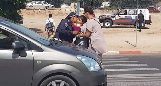 أكادير : تلميذ يكرم شرطية مرور أثناء مزاولة عملها بمناسبة اليوم الوطني للمرأة