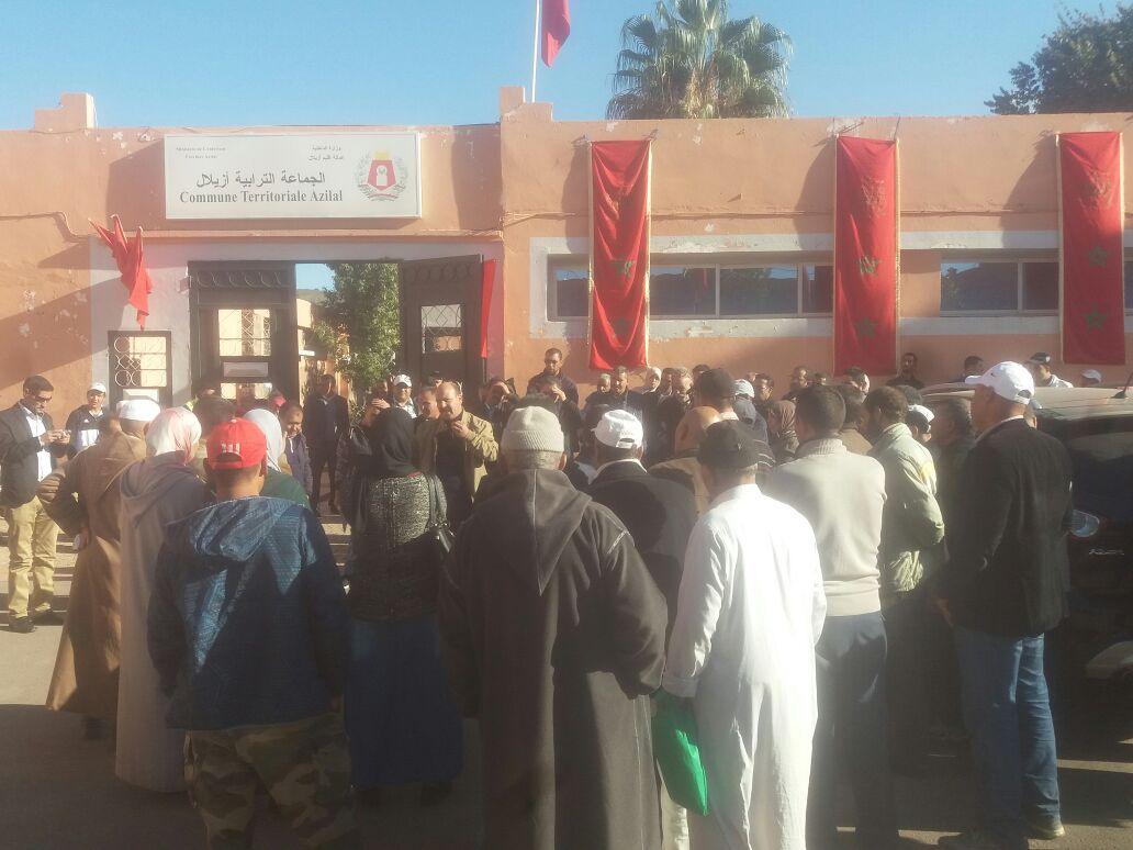 سب وشتم موظف يخرج موظفي بلدية ازيلال في وقفة احتجاجية امام مقر البلدية