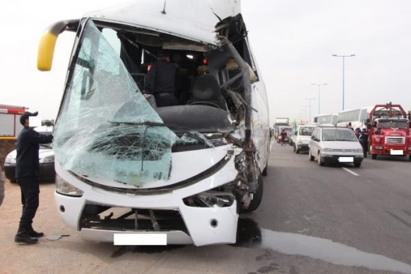 أكادير : سياح أجانب ينجون من موت محقق بعد إصطدام حافلة سياحية بشاحنة لنقل غاز البوطان