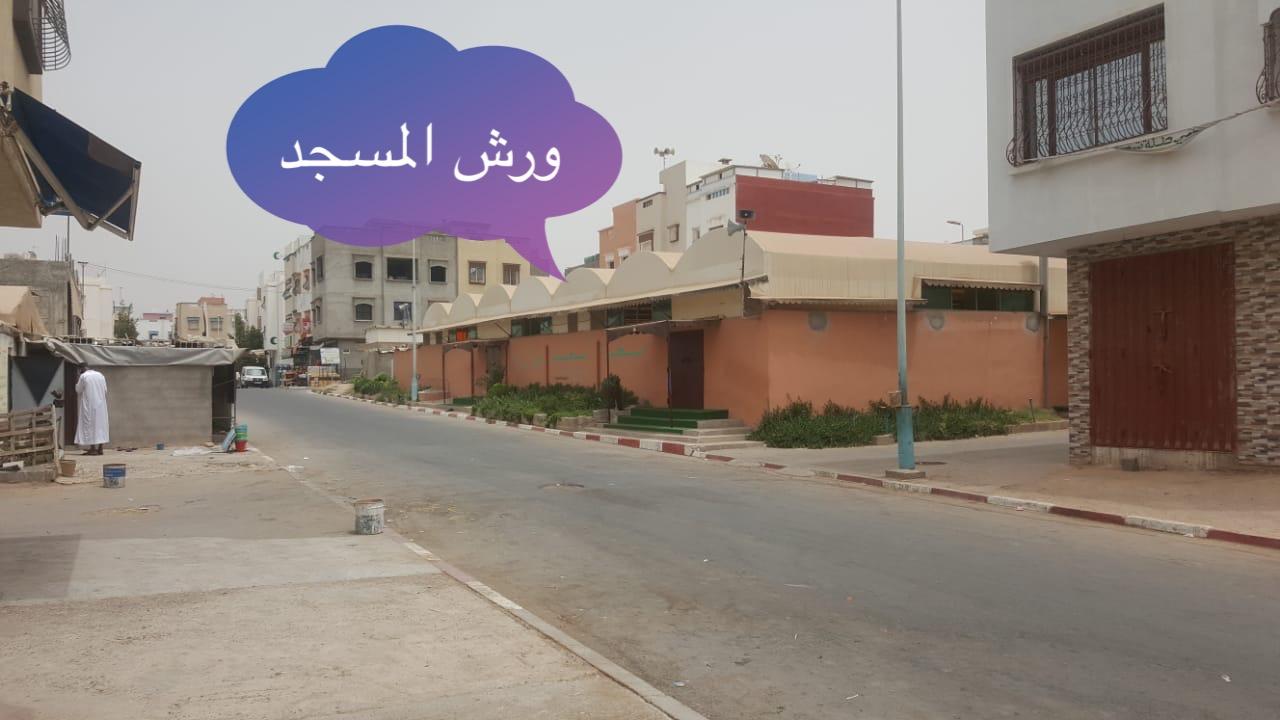 """أكادير .. تحويل ورش مسجد إلى """"سوق عشوائي """" ومطرح للأزبال أمام أعين السلطات يثير سخط ساكنة حي الفرح"""